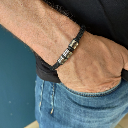 Stoere leren armband van gevlochten leer met naam ringetjes