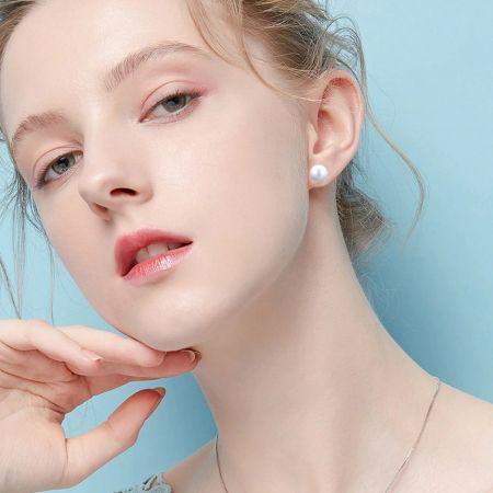 Zilveren oorknoppen met een zoetwaterparel